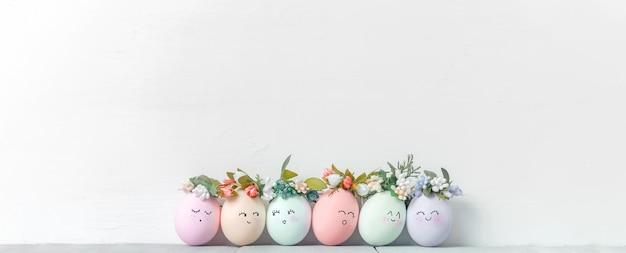 컬러 페인트 부활절 달걀과 부활절 배경