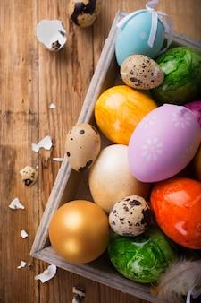 Пасхальный фон с разноцветными яйцами