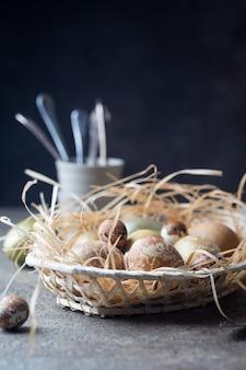 부활절 달걀과 부활절 배경