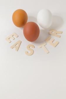 「イースター」のテキストが付いたイースターの背景。選択的なフォーカスと色調。