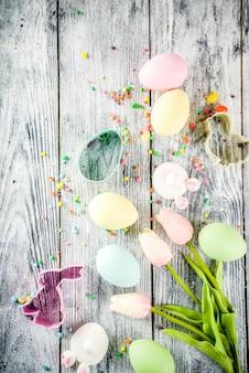 イースターの背景に卵、花