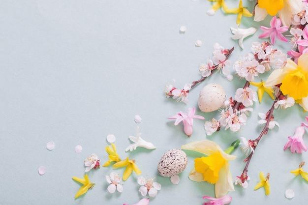 부활절 달걀과 꽃 배경