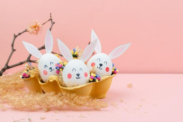 ウサギの形で卵とイースターの背景