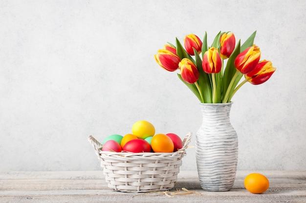 신선한 튤립과 페인트 계란 부활절 배경