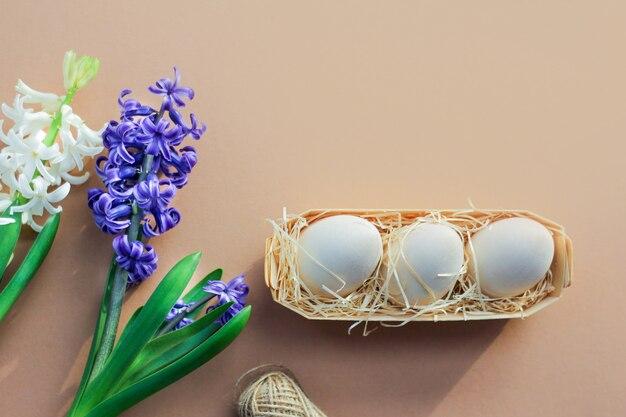 ヒヤシンスの花、茶色の背景に卵をイースターの背景。