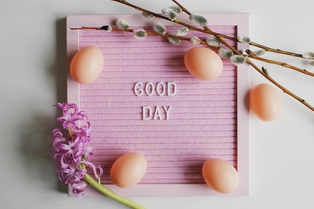 ヒヤシンスと柳の小枝とイースターの背景。春の休日のコンセプト。良い一日。