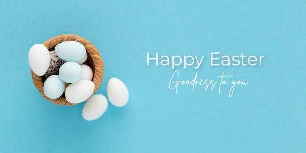 青い背景の上の卵とイースターバナー