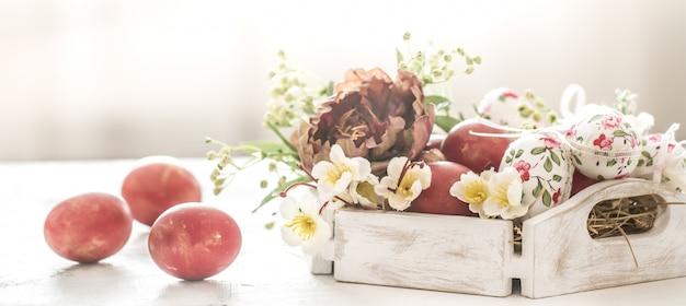 イースターバスケットと花と赤い卵