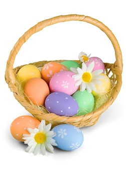 흰색 바탕에 다채로운 계란으로 가득 찬 부활절 바구니