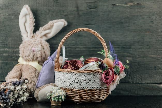飾られた卵と木のぬいぐるみバニーのイースターバスケット。