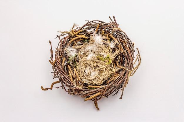 イースターの鳥の巣は、白い背景で隔離。廃棄物ゼロ、diyコンセプト