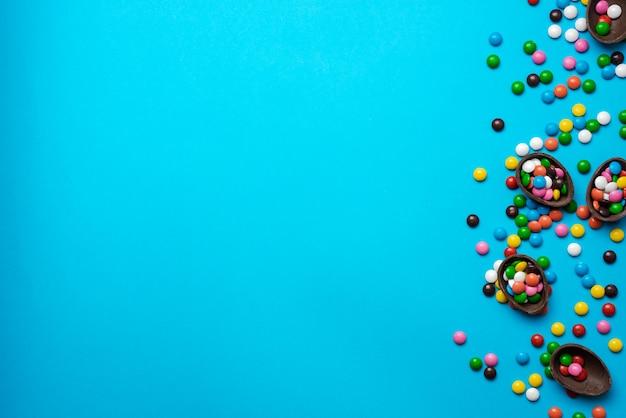 초콜릿 둥지에서 멀티 캔디 부활절 파란색 배경