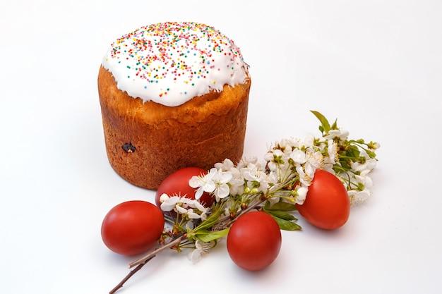 Пасхальный булочка, яйца и цветы вишни
