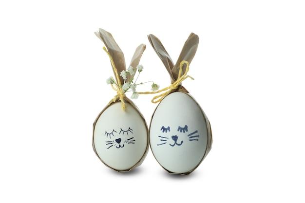 흰색 배경에 고립 된 계란으로 만든 부활절 토끼