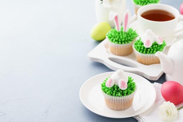 イースターバニーのお尻と耳のカップケーキとデザートのお茶。
