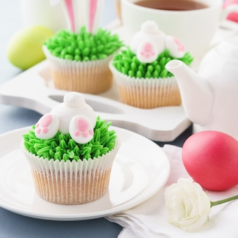 イースターバニーのお尻と耳のカップケーキ、卵とデザート用のお茶。
