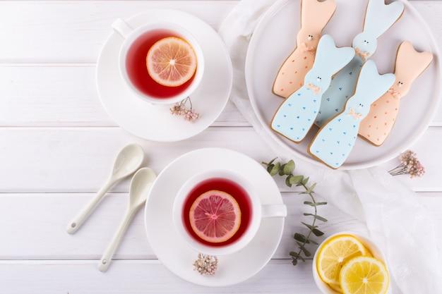イースターのバニークッキーとお茶。お祝いの朝食のテーブルの設定。休日の装飾。