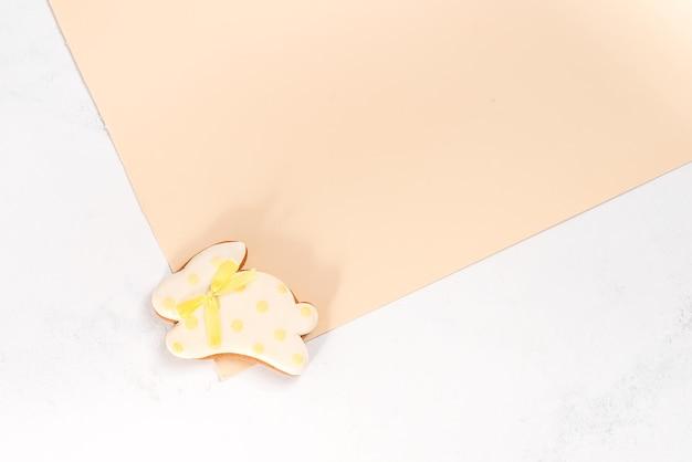 Печенье пасхальный заяц на двойном бежевом столе