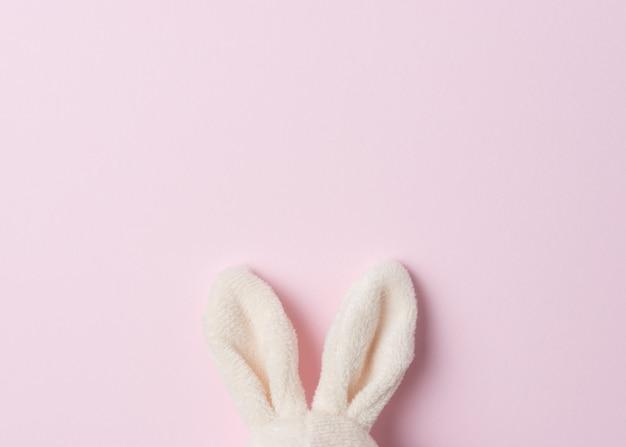 Уши пасхального кролика на розовом.