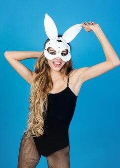 Пасхальный кролик счастливая блондинка соблазнительная женщина в сексуальном нижнем белье и маске кролика хэллоуин кролик с