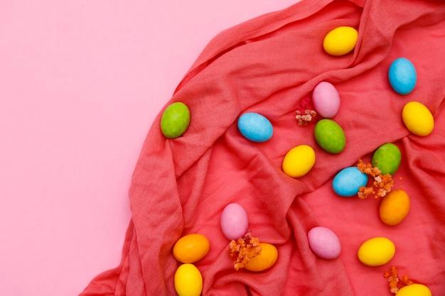 Пасхальный заяц. счастливой пасхи праздник фон концепции. плоские кладут красочное кроличье яйцо с аксессуаром для празднования на современной деревенской розовой пастельной бумаге на столе домашнего офиса.