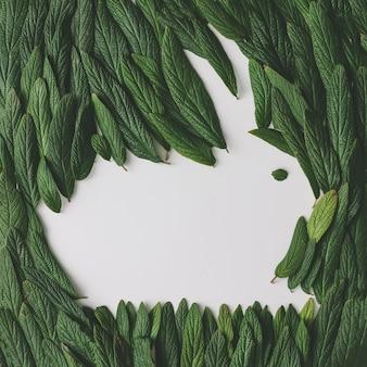 緑の葉で作られたイースターバニー。