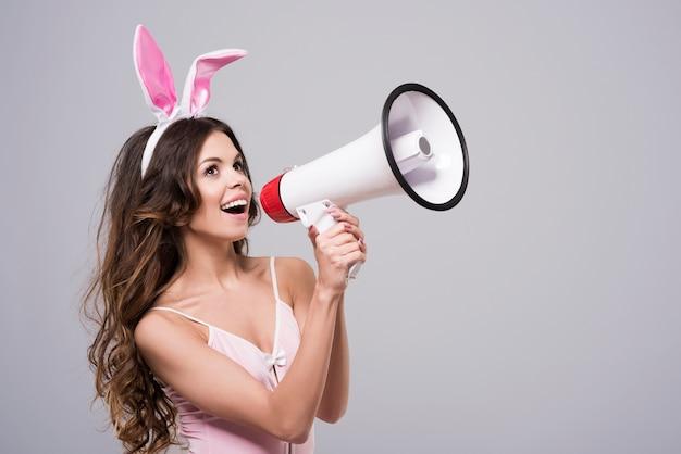 Coniglietto di pasqua che grida tramite l'altoparlante