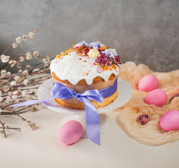 イースターケーキとイースター塗装の卵