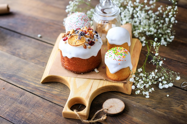 Кулич и свежие пасхальные яйца праздничное сладкое десертное угощение праздник