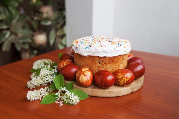 Кулич и крашеные яйца. православный сладкий пасхальный хлеб, кулич и разноцветные перепелиные яйца.