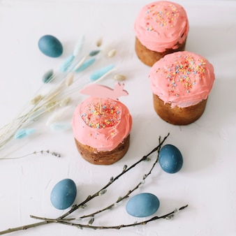 부활절 케이크 다채로운 계란과 버드 나무 가지, 행복 한 부활절 휴가 개념