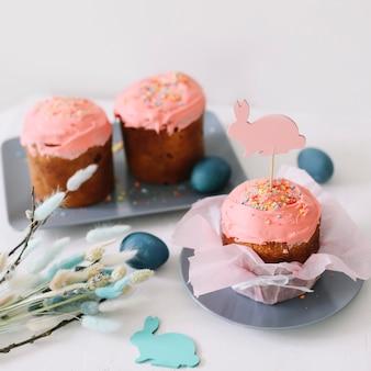 부활절 케이크 다채로운 계란과 라이트 테이블에 버드 나무 가지 행복 한 부활절 휴가 개념