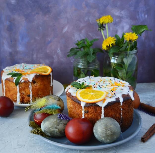 イースターケーキ、花、カラフルな自然塗装卵。