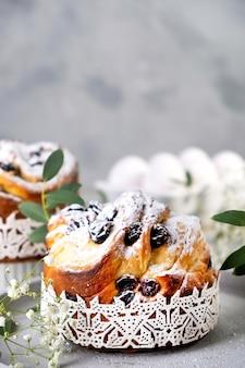 イースターケーキクラフィン。レーズン、砂糖漬けの果物、粉砂糖をまぶしたクラフィン。自家製パイのクローズアップ