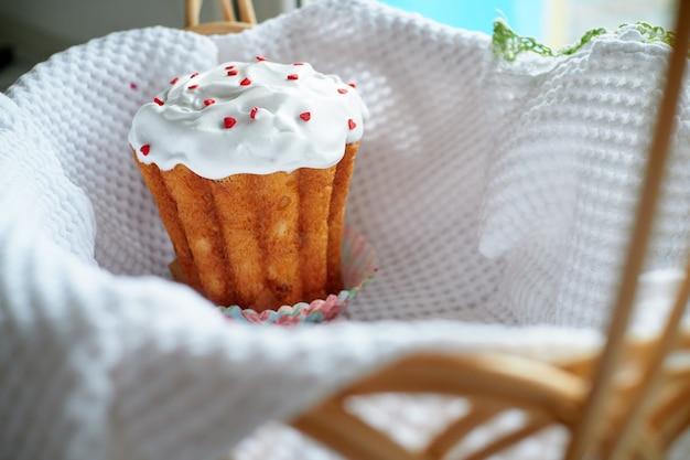 明るい背景のイースターケーキ