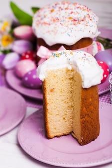 Кулич на тарелке и праздничный декор