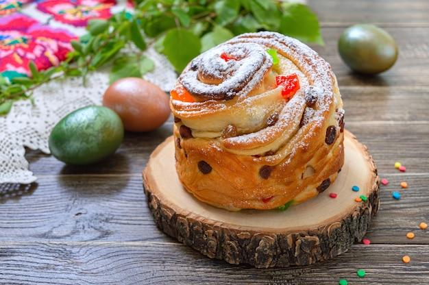부활절 케이크, 페인트 계란, 나무 테이블에 녹색 지점. 봄 휴가 배경