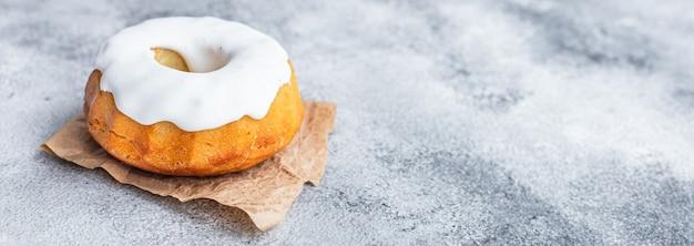 イースターケーキのパネットーネとイースターエッグのお祝いのテーブルセッティングの伝統的な御馳走