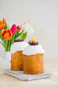 Кулич - русский и украинский кулич с пасхальными яйцами. пасхальный хлеб