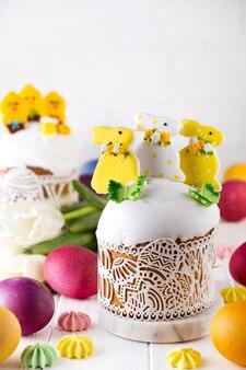 イースターケーキ、砂糖のアイシングで飾られた甘いパン、バニーとメレンゲ