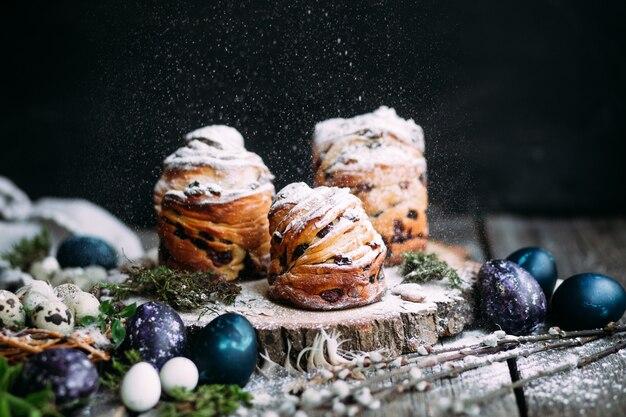 회색 배경에 메추라기와 파란색 부활절 달걀과 부활절 케이크