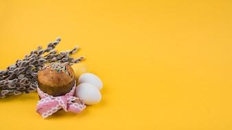 柳の枝と卵のイースターケーキ