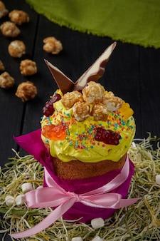 노란색 휘핑 계란 흰자와 과자를 곁들인 부활절 케이크