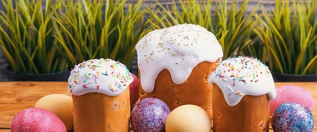 イースターケーキとイースター色の木製の卵。