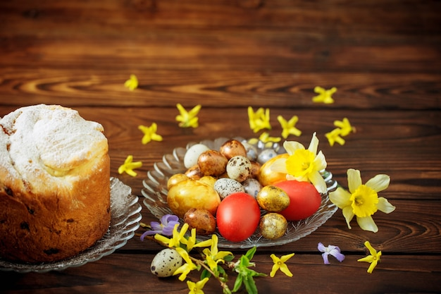 어두운 나무 배경에 부활절 케이크와 계란