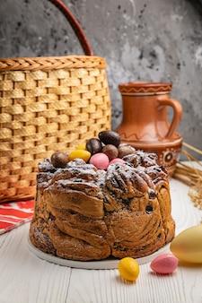 흰색 나무 테이블에 부활절 케이크