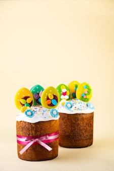イースターケーキ、塗られた卵