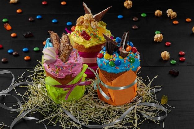 다채로운 휘핑 계란 흰자 장식과 다양한 과자가 있는 부활절 케이크