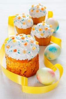 塗装卵のイースターケーキ。