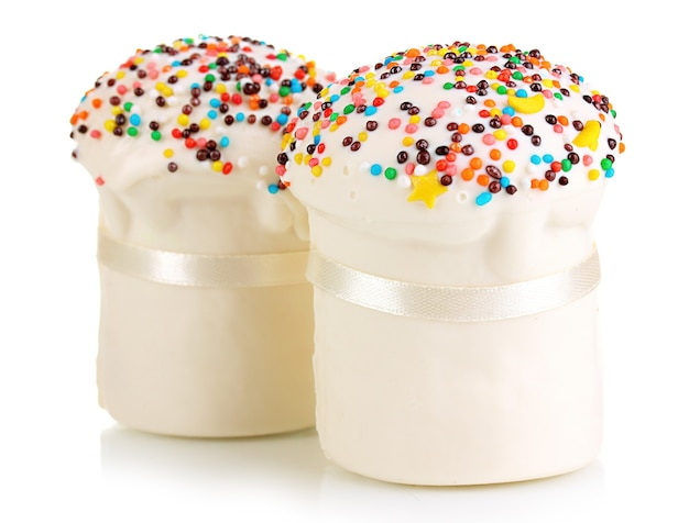 Куличи с сахарной глазурью, изолированные на белом фоне